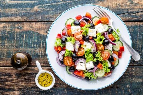 Griekse salade met verse komkommer, tomaat, zoete peper, sla, rode ui, feta en olijf met olijfolie