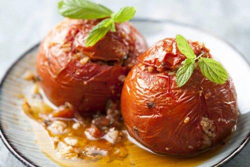 Tomaten gevuld met rijst en kruiden, oven gekookt in olijfolie