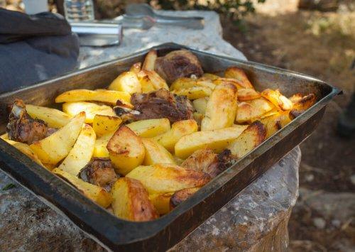 Oven gebakken aardappelen met lamsvlees en droge kruiden