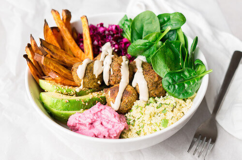 Falafelbowl met zoete aardappelfrietjes en véél groentjes